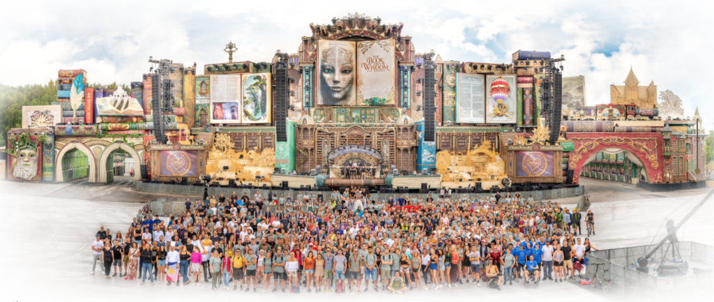 Zdroj: https://crewpicture.tomorrowland.com